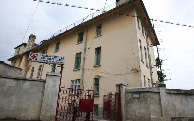 Un al treilea român a murit, duminică seară, din cauza infectării cu noul coronavirus. Este vorba despre un bărbat în vârstă de 70 de ani din județul Neamț. El avea condiții medicale preexistente, printre care și diabet. Bărbatul a murit la Spitalul de Boli Infecțioase din Iași.
